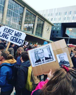 """""""Kurz muss weg"""" Die heutige Donnerstagsdemo in Wien steht ganz im Zeichen der Regierungskrise. Fotos: @christinapausackl #österreich..."""