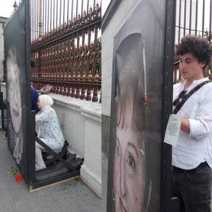 ❤❤❤ Menschen, jung und alt, kommen und nähen die Portraits der Ausstellung zusammen, bewachen die Bilder. Gegen...