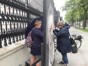 ❤❤❤ Menschen kommen und nähen die Portraits zusammen. Sie bewachen bei strömendem Regen die Bilder der Ausstellung....