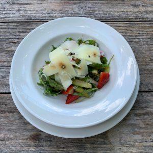 Sommer auf dem Teller: Grüner Spargel-Erdbeersalat mit Rucola und Pecorino. #glacisbeisl #mqwien