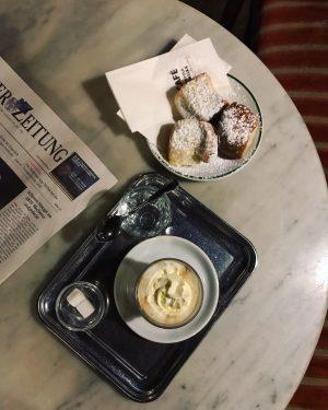 深夜的哈維卡咖啡☕️ 百年老咖啡店裡最喜歡它了 牆壁上還掛著文人藝術家付不起咖啡用來賒帳的作品 聽完歌劇肚子好餓跑來還吃到深夜限定灑著糖霜的Buchteln 咖啡好喝! #cafehawelka #vienna #維也納