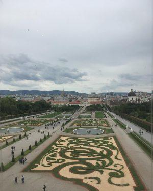 벨베데레 궁전 창문을 통해서 바라본 상궁과 하궁을 잇는 정원을 찍었다 개인적으로 궁전보다는 이 ...