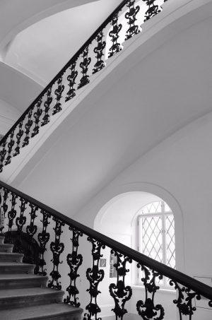 AUF SISI'S SPUREN - Die Kapellenstiege in Schloss Schönbrunn - . . #schönbrunn #schönbrunnpalace #staircasefriday #treppenhausfreitag #theworldneedsmorespiralstaircases...