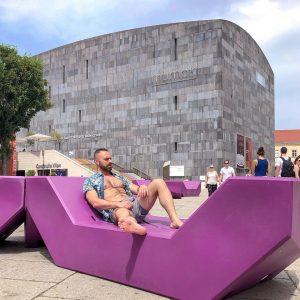 Benches. . #architecture #mumok #modernarchitecturedesign #instagay #vienna #viennanow #europride2019 #untaggablevienna #misterpride #viennagoforit #pride