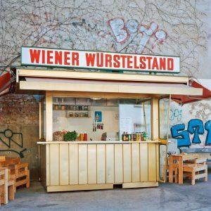Am Würstelstand Ecke Strozzigasse/Pfeilgasse im achten Wiener Gemeindebezirk kann man nicht nur aus drei Käsekrainersorten wählen, man...