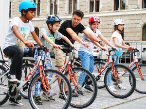 Viele Kinder haben keine Möglichkeit einfach das Radfahren zu lernern. Deswegen findet gerade ...