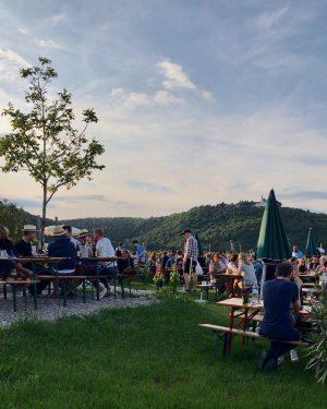 Kommt heute wieder rauf und entflieht dem heißen Wetter mit einen Sommerspritzer. 🌞🍷 #wieningeramnussberg #wien #wieninger #buschenschank...