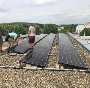 Die ersten Platten unserer Photovoltaikanlage werden auf dem Dach unserer Produktion montiert! 🌱 . . . ....