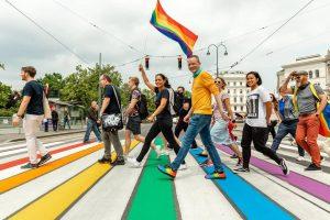 Erstmals erstrahlt ein Zebrastreifen in Regenbogenfarben in der Wiener Innenstadt am Übergang zwischen Burgtheater und Rathausplatz ....