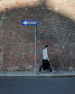 Nonkonform #wien#vienna#vienne#austria #innerestadt#josetorowalkers #igersvienna#igersaustria #basicgermanwords #strideby#einbahnstraße #bricks#bricklove #streetsign#streetsofvienna #citylife#peopleofvienna #meinwien#wiennurduallein #vienna_austria#wienliebe #wiendubistsoschön #intheshadow#schatten ...
