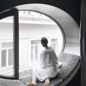 . Dreamy windowside couch at @hoteltopazzvienna 🌟 📍Hotel Topazz, Vienna  ウィーンではこの窓辺が気になっていたHotel Topazzに宿泊💤目線の先には徒歩3分のシュテファン寺院があります✨観光にとってパーフェクトな立地だけど、落ち着いた雰囲気で出張にも良さそうな感じ✈️ ...