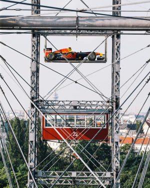 Sightseeing mal anders: Real or Fake? 🤔 Der Bolide von @maxverstappen1 macht sich vor dem F1-Wochenende von...