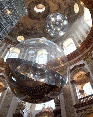 В церкви Карлскирхе висят очень крутые стеклянные шары, очень неожиданно.