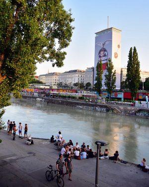 Gestern wurde die Verhüllung des Wiener Ringturms 2019 offiziell eröffnet, heuer mit dem ...