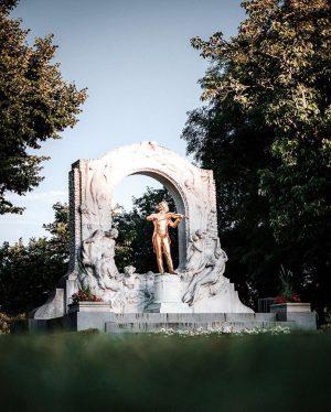 Das vergoldete Strauss-Denkmal im Stadtpark ist eins der beliebtesten Fotomotive Wiens 🎶✨ • #1000placestoseeinvienna Foto von @spoti...
