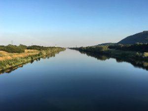 Ein seltener Anblick: am vergangenen Wochenende präsentierte sich die #donau spiegelglatt 💙 normalerweise geht entlang des Flusses...