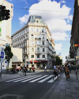 Whenever you visit #mariahilferstraße, it's always a treat for an eyes. Lush area ...
