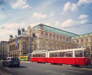Wiens pampiga operahus och en av Wiens alla spårvagnar. Visste du att Wiens spårvägsnät är ett av...