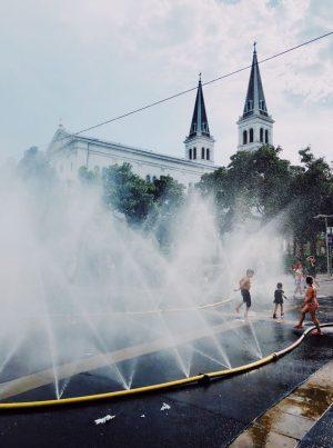 duschen am keplerplatz. #sprühnebel #wasserdusche #36grad #hitze #heat #abkühlung #pritscheln #stadtwien #fußgängerzone #keplerplatz ...