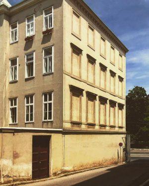 Ein halbe-halbe Haus. Eine Hälfte ist normal durchfenstert, bei der anderen Seite wurden ...