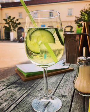 A Spritzer a day keeps the doctor away... 🍸 #spritzer #spritzerzeit #gurkenspritzer #gemüseimglas #nachmittagsbeschäftigung #chillax #relax #cheers...