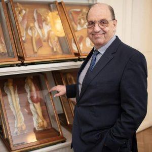 Prof. Franz Kainberger, Präsident des Vereins der Förderer des Josephinums, präsentiert sein liebstes Objekt in der Sammlung...