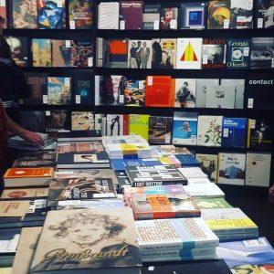 Sono una persona di poche pretese. Lasciatemi in un bookshop di un museo ...