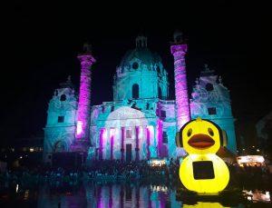 Quack 🙃 #popfest #karlsplatz #rubberducky #igersvienna #igerswien #karlskirche #colourpop #wien #vienna #austria #summer #juhu #quack