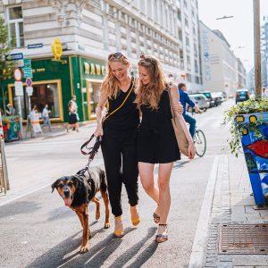 Die Sonne bei einem Spaziergang mit der besten Freundin genießen und dabei nicht auf die Annehmlichkeiten einer...