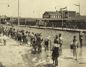 Ab ins Bad! 🏊♀️🏊♂️ Diese Badeszene im Kongressbad wurde ca. 1930, also rund zwei Jahre nach Eröffnung...