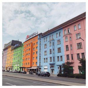 오늘은 클림트+에곤쉴레+훈데르트바서 원화 잔뜩 봐서 비엔나에서의 갈증이 좀 풀린거같다.. 역시 미술관을 가야해 ㅎㅎ . . #비엔나 #이동중...