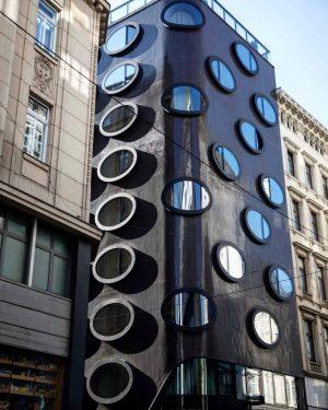 • Architektonische Kontraste • Die ovalen Fenster sind ein absolutes Highlight und Markenzeichen ...