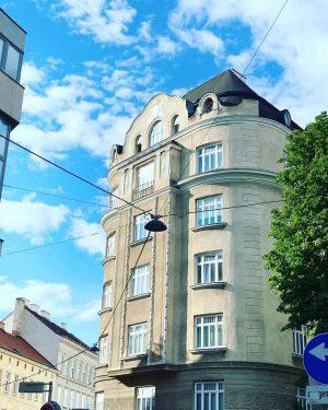 """Bécs, reggel.🌞...Szomatikus ez az...hasfájás délutánra. (""""Hányszor mondjam, hogy ne játssz a keresztcsontoddal!"""")#wien #impulstanz ..."""