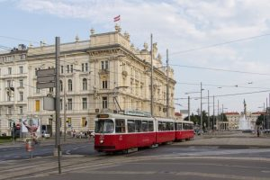 #wienerlinien #type_E2 4017 mit #type_c5 1417 auf der #linie_D am Schwarzenbergplatz vor dem Haus der Industrie. Von...