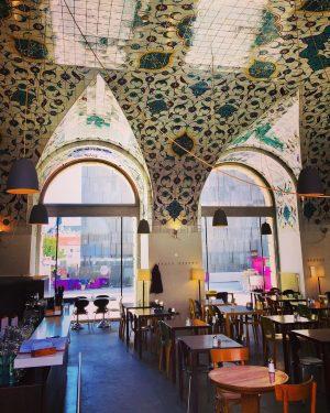 😍#roomwithaview 😎 #corbaci #café #restaurant #mqwien #viennesefood #orientalfood #architektur #art #architecture #kunst #tiles #fliesendesign #architekturzentrumwien #enjoythemoment #itsinthedetails...