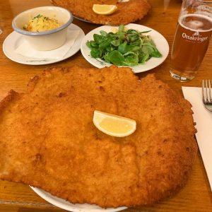 (🇬🇧English👇🏻)Viyana'ya giden herkesin paylaştığı ünlü şinitzelci Figlmüller'e yolum düştü sonunda! Şinitzel eskiden dışarda yemeyi sevdiğim bir yemekti...