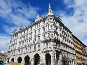 O Pináculo da Criação ✌️😊 #goodmorning #buongiorno #gutenmorgen #vienna #opera #building #house #perspective #art #view #nofilter #vienna_city...
