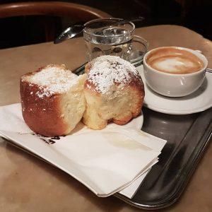 Ach, die legendären Buchteln im Café Hawelka... #thomasmorris #viennafood #buchteln #wienercafehaus #hawelka #reisen ...