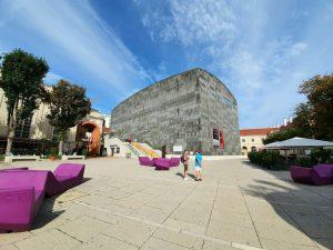 O MuseumsQuartier @mqwien é um dos 10 maiores complexos culturais do mundo. ⠀ Tem a pretensão de...