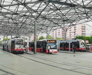 An dem Vorplatz des Bahnhofs Praterstern stehen von links: ULF Wagen 722 - Linie 5 ➡️Westbahnhof Citaro...