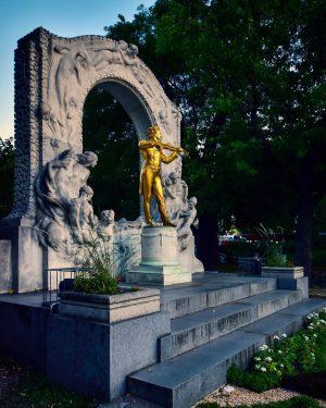 Beim Sightseeing durch Wien, darf ein Besuch im Stadtpark nicht fehlen, denn dort ...