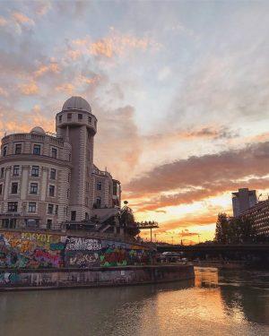 afterwork drinks & sunset views 🌞. #wednesday #afterwork #sunset #girlstime #happyhour #cityscape #architecture #summer #summernights #vienna #viennanow...