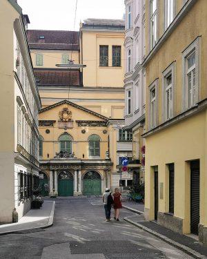 Vienna, Italia #wien#vienna#vienne#austria #mariahilf#theateranderwien #papagenotor#vienna_austria #viennaart#theaterliebe #meinwien#wiennurduallein #wienliebe#stadtwien #visitvienna#schöneswien #europe_vacations #wiendubistsoschön #wienmalanders #wienerecken#wieneralltag #streetsofvienna #igersvienna#igersaustria