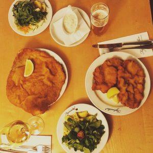 Unsere Vorstellung von einem romantischen Dinner 🍽😉 #figlmüllerschnitzel #wienerschnitzel #figlmüllerwien Vielen Dank @martinfromberg ...