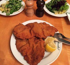Viyana'dan Favori, Figlmüller😍 Schnitzelleri ile dünyaya ün salmış bu mekanı kesinlikle denemelisiniz. Şuana kadar yediğimin en iyisiydi.💥...