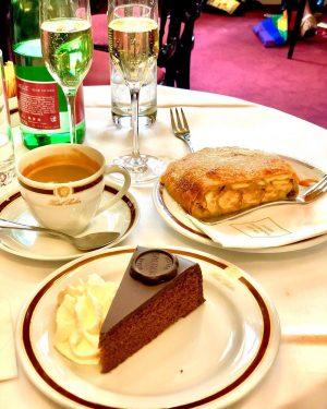 Umas das sobremesas mais tradicionais: o Original Sacher-torte e o Apfelstrudel vienense. Este ...