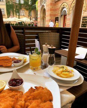 Original Viennese Schnitzel Adresse: Fleischmarkt 20, 1010 Vienna #restaurantvienne#operavienna🇦🇹#schnitzel#wienerschnitzel#fleischmarkt20#schwedenplatz#albertinamuseum#stephansplatz#kärtnerstrasse#rotenturmstrasse#austrianfood#vieneseschnitzel#dinner#bestschnitzel#viennesefood#tafelspitz#beervienna#localbeer#aperolspritz#japanesevienna#touristsinvienna#russiantour#japaneseviennese#mangiare#viyanaschnitzel#eniyischnitzel#wenen🇦🇹#lovevienna#ウィーン#вена