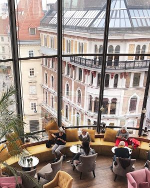It's officially Autumn in Vienna. 🍂💖 And that means sitting inside our Onyx Bar gets even cozier.☝🏼...