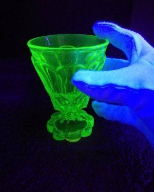 Shine On You Crazy Diamond! 🤩 Uranglas leuchtet unter UV-Licht! Ab heute in unserer öffentlich zugänglichen Passage...