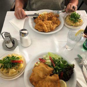 Dunajski zrezek in krompirjeva solata, koliko spominov iz otroštva! ❤️ #wienerschnitzel #potatosalad #viennaschnitzel ...